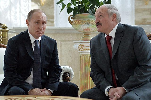 Президент России Владимир Путин и президент Белоруссии Александр Лукашенко во время беседы перед заседанием Высшего Государственного Совета Союзного государства России и Белоруссии в Минске, февраль 2016 г.