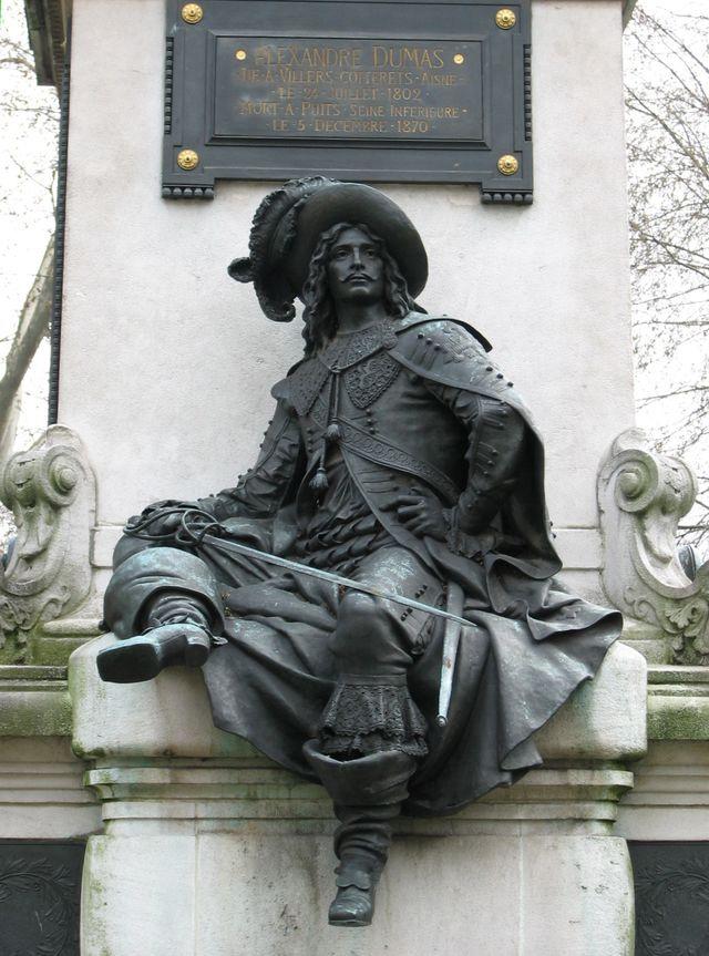 Памятник Александру Дюма в 17-м округе Парижа, пл. генерала Катру (Catroux), вид сзади, постамент украшен персонажами романов Дюма, с этой стороны — самый знаменитый из них — д'Артаньян.