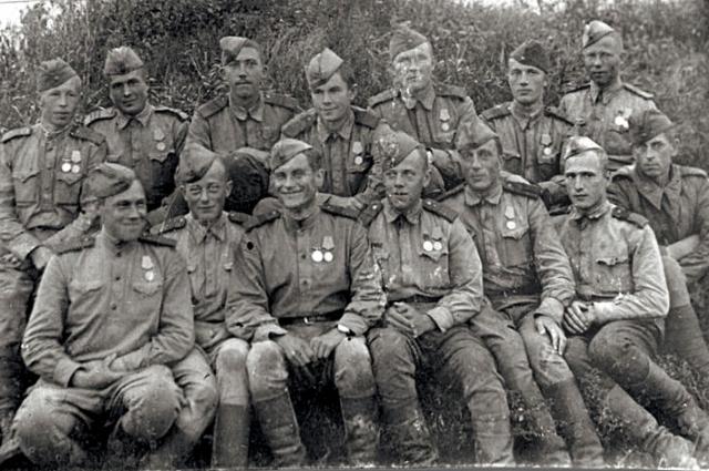 С боевыми товарищами. Никулин - в верхнем ряду, третий слева.