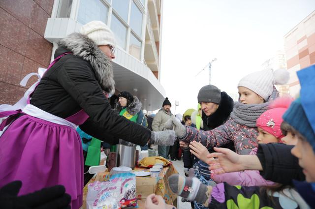 Жители города покушали блинов со сметаной и вкусных маршмэллоу