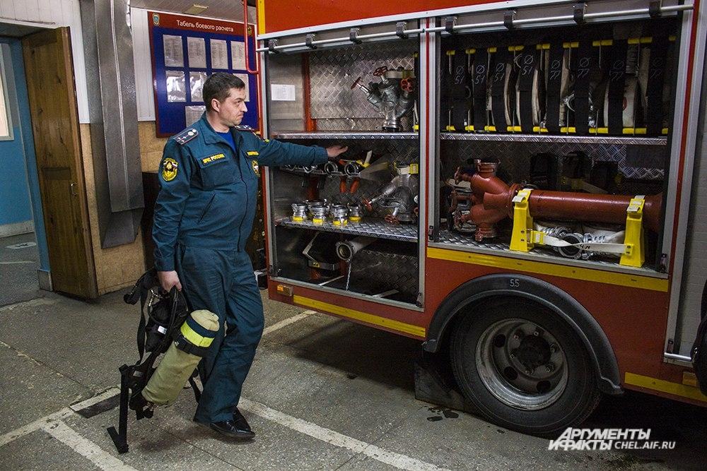 Внутри пожарной машины - множествво приспособлений. Сотрудники тщательно следят за техникой, она не должна подвести.