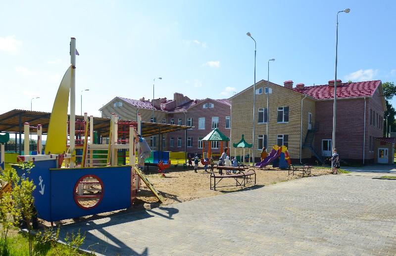 На территории детского учреждения расположены игровые площадки.