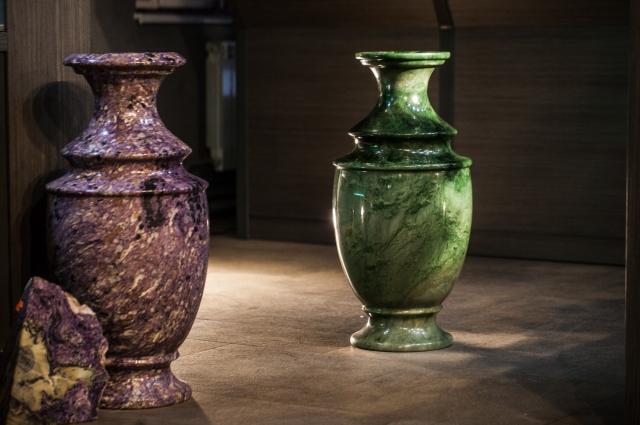 Напольные вазы из чароита и нефрита.