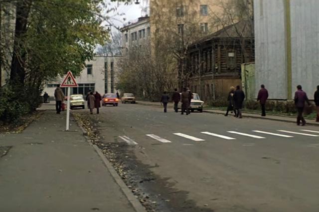 Исчез только деревянный дом по соседству со зданием, где герои работают. В нём 30 лет жил Тарковский.