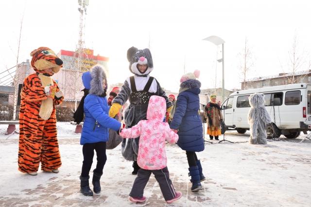 Мальчишки и девчонки весело включали в танцы и игры.