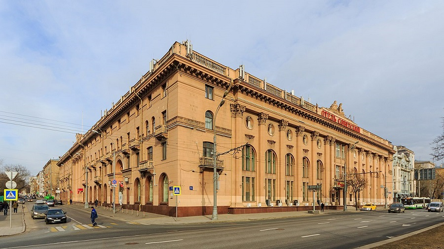Здание гостиницы «Советская» и театра «Ромэн».