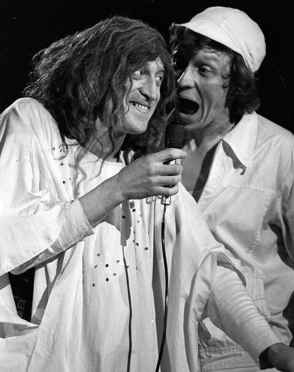 Актеры Виктор Авилов  и Алексей Ванин в спектакле «Театр Аллы Пугачевой», в театре на Юго-Западе. 1985 г.