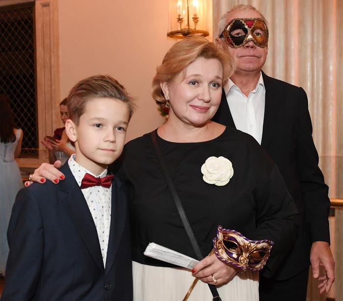 Сергей Гармаш с семьей на маскарадном балу.