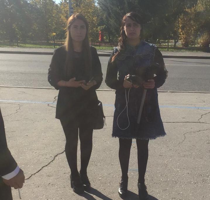 Анифа - справа, Амша - слева