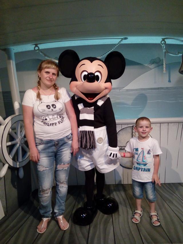 Юлия и Никита познакомились с Микки Маусом.