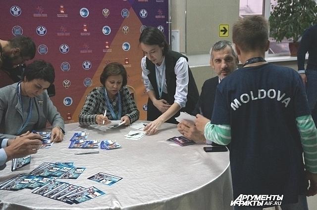 Знамениты спортсмены дают автографы юным участникам.