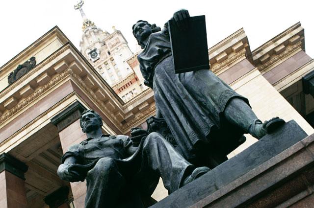 Скульптурная композиция «Молодёжь в науке и в труде» у входа в Главное здание МГУ.
