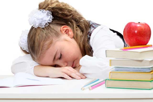 Ребенок спит за уроками