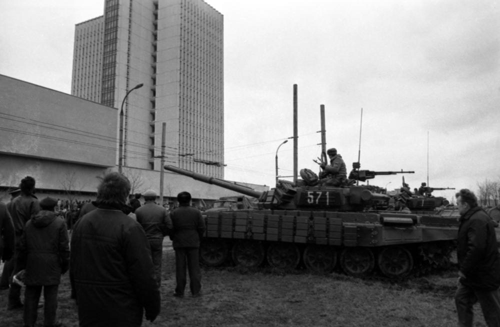События в Вильнюсе 11— 13 января 1991 года. Десантники у Дома печати.