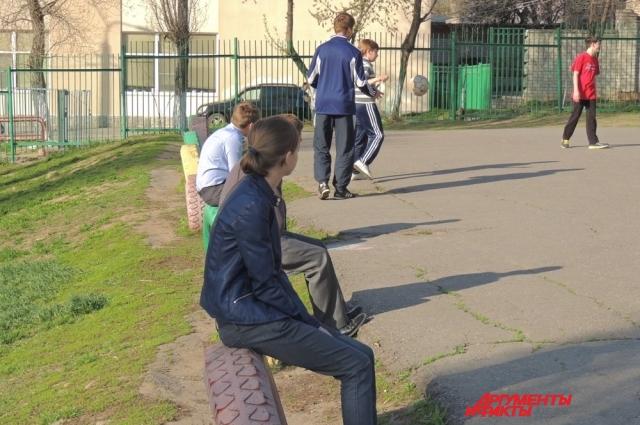 Девчонки не играют, а наблюдают за мальчишками