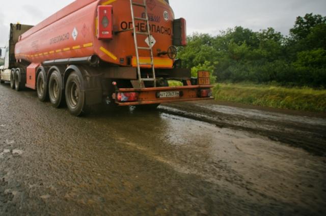 Нефтевозы на дорогах Ташлинского района - закономерное явление.