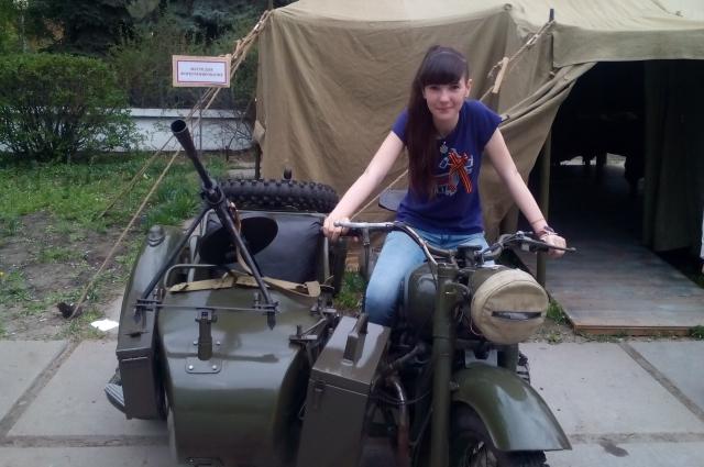 Интерес к боевой технике часто проявляют девчонки.