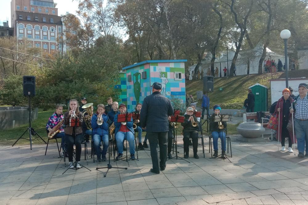 На улице оркестр играл.
