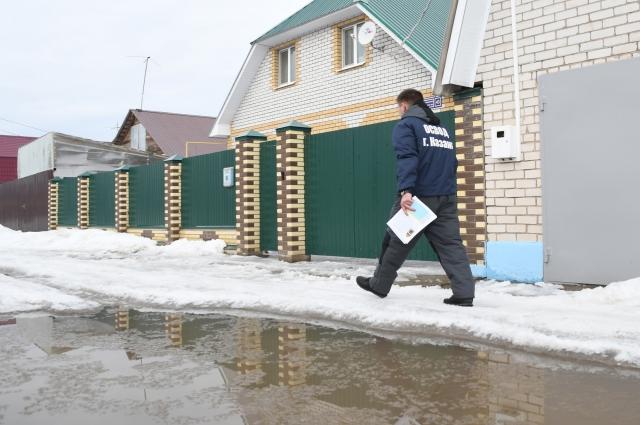 В поселках сотрудники ОСВОД обходят дома, чтобы предупредить жителей об опасности.