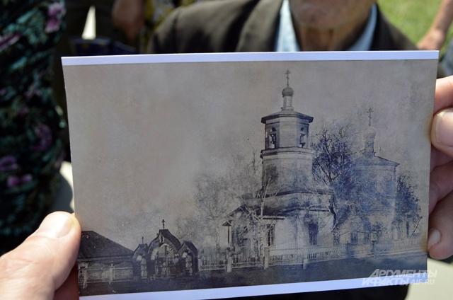 На старых фото и картинках видно, как выглядели храмы до разрушения