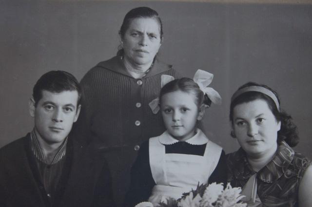 С матерью, мужем и дочерью Галеий