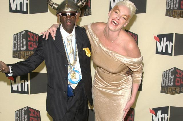 Бригитта Нильсен с мужем, рэппером Флэвор Флэвом, 2004 г