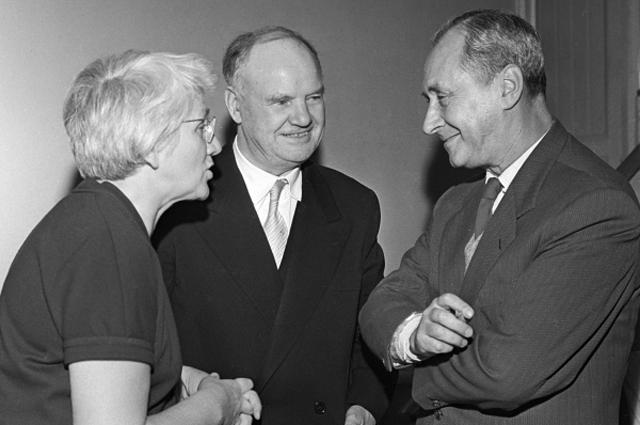 Секретарь ЦК Французской компартии Морис Торез (в центре) и кинорежиссёр Сергей Юткевич (справа) в Доме архитектора на вечере, посвящённом 80-летию художника Пабло Пикассо. 1961 год