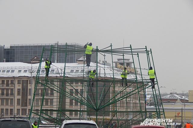 Монтаж ёлки на площади Ленина.