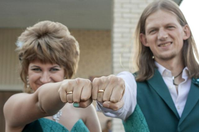 Свадьба влюбленных была под угрозой срыва из-за их нарядов.