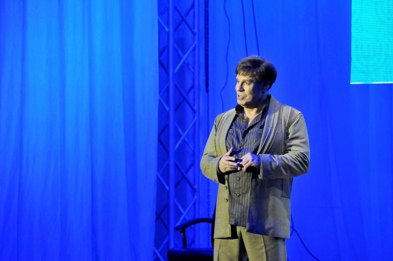 Актёр сыграл учителя русского языка и литературы.