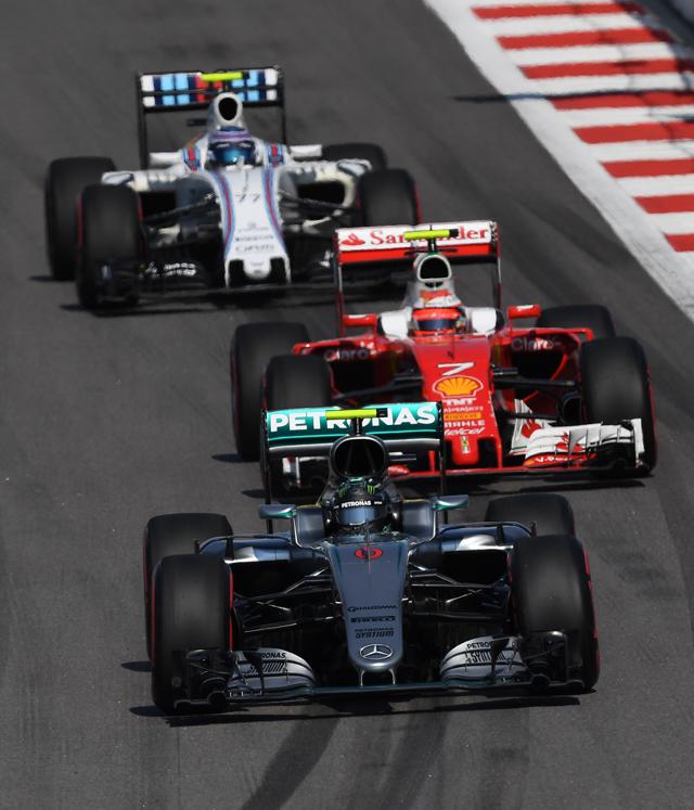 Гонщик команды «Мерседес» Нико Росберг (напервом плане) принимает участие вгонке нароссийском этапе чемпионата мира покольцевым автогонкам вклассе «Формула-1».