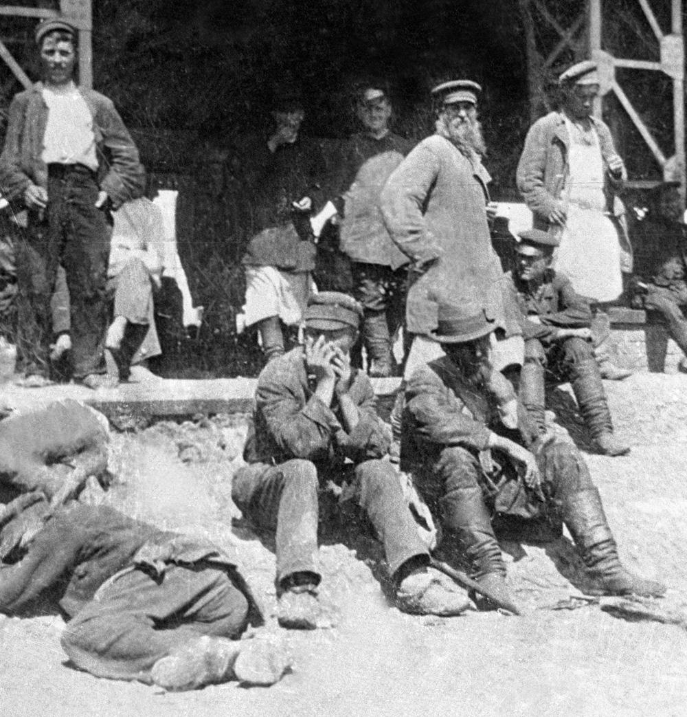 Рабочие-подёнщики ждут нанимателей на Хитровом рынке. 1898 г.