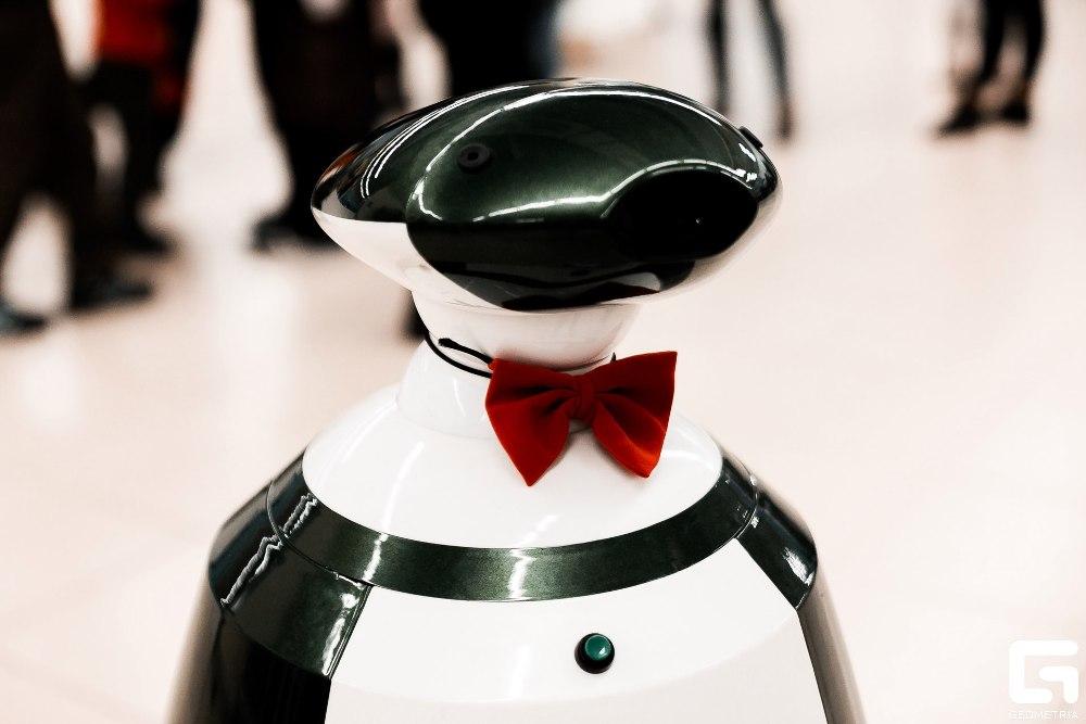 Робот Валера - настоящий джентльмен.