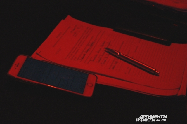 Заполнение необходимых документов происходит в темноте при свете фонариков
