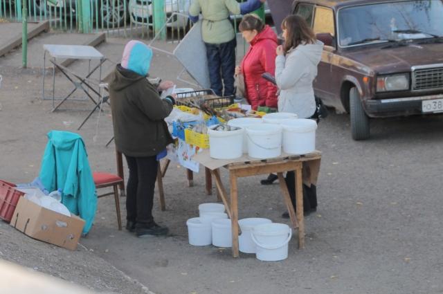На стихийных базарах можно купить все - от продуктов до трикотажа.