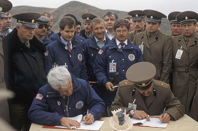 Полковник С,Петренко и руководитель группы американских инспекторов капитан I-го ранга ВМФ США Джон Ч.Уильямс подписывают донесение об уничтожении последних ракет ОТР-23 в соответствии с Договором между СССР и США о ликвидации ракет средней и меньшей даль