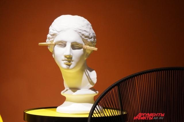 Сеть клиник представила выставку современного искусства