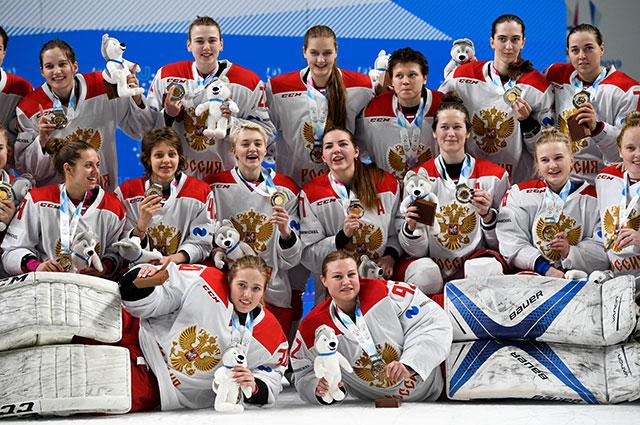 Игроки сборной России после победы в финальном матче по хоккею между женскими командами России и Канады на XIX Всемирной зимней Универсиаде-2019 в Красноярске.