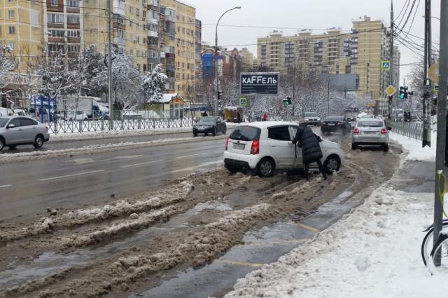 Люди вынуждены передвигаться по грязи и мокрому снегу.