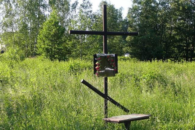 Крест на вероятном месте расстрела Николая Гумилева, Бернгардовка (долина реки Лубьи).