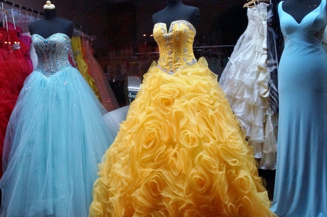 Можно купить готовые наряды или перешить мамино платье.