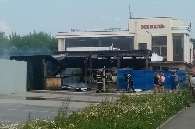 Пожар в летнем кафе удалось локализовать.