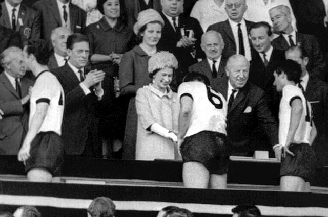 Королева Елизавета II после финального матча ЧМ-1966, в котором сборная Англии завоевала золотые медали