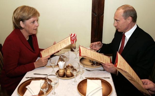 Федеральный канцлер Германии Ангела Меркель и президент России Владимир Путин во время ужина в ресторане трактире Вечный зов в Томске