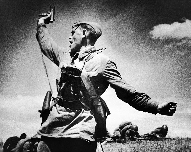Комбат, вооружённый пистолетом ТТ, поднимает солдат в атаку