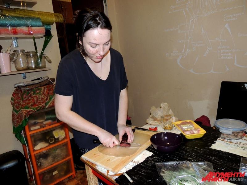 Девушка любит экспериментировать на кухне