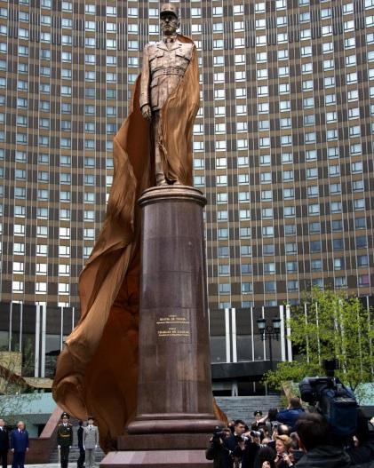 Памятник Шарлю де Голлю на площади его имени перед гостиницей Космос