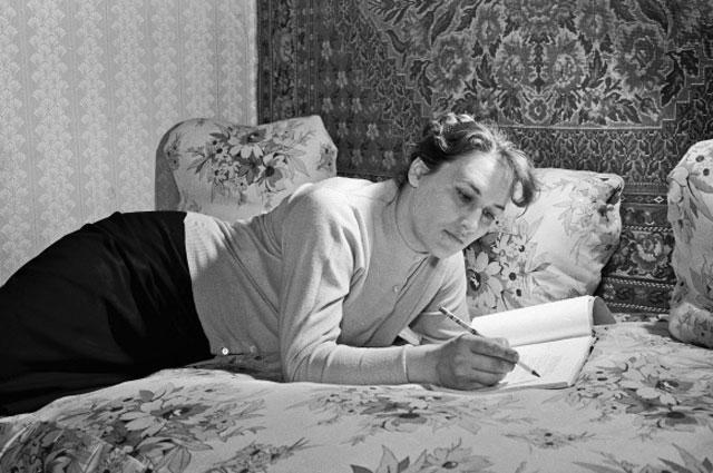 Нонна Мордюкова в домашней обстановке. 1959 год
