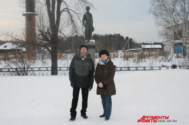 С Ниной Ивановной Купрацевич на могиле Павлика и его брата Феди.