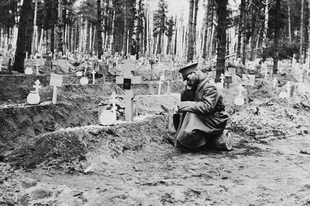 На Братском кладбище не ставили оград. 1918 год. Репродукция.
